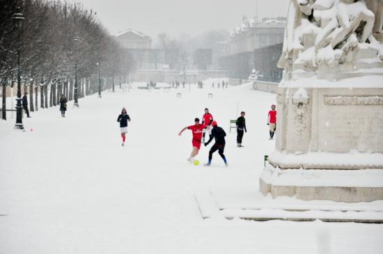 People play football at the Jardin des Tuileries in Paris. © Dipankar Paul/FoloMojo