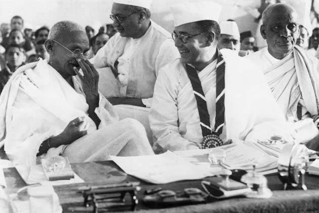 Netaji with Mahatma Gandhi. Image courtesy: wallpics.biz
