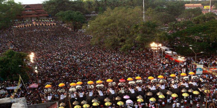 Both sides of the Pooram competing(Image courtesy: www.fest300.com)