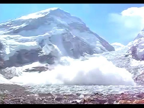 Gigantic Mount Everest avalanche triggered by Nepal earthquake caught on camera