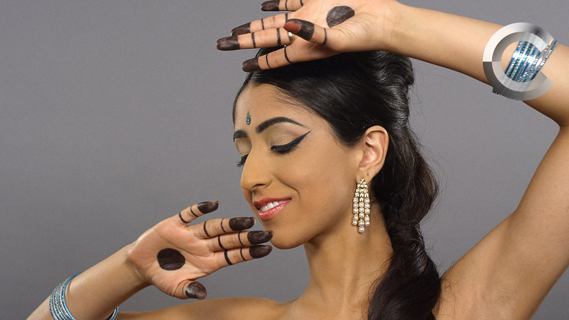 Can't imagine how our women looked in the distant past? Watch the 100-year journey of Indian beauty in just 2 minutes!